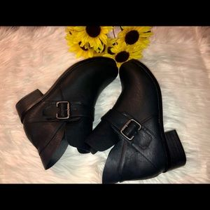 Shoes - Black Faux Leather Booties 👢